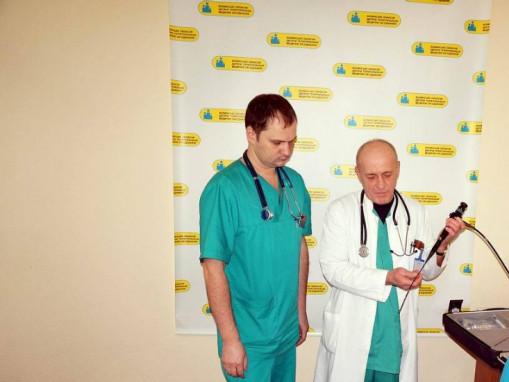 Лікарі оглядають новеньке обладнання