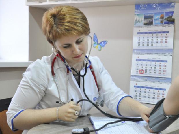 Сімейний лікар приймає пацієнта