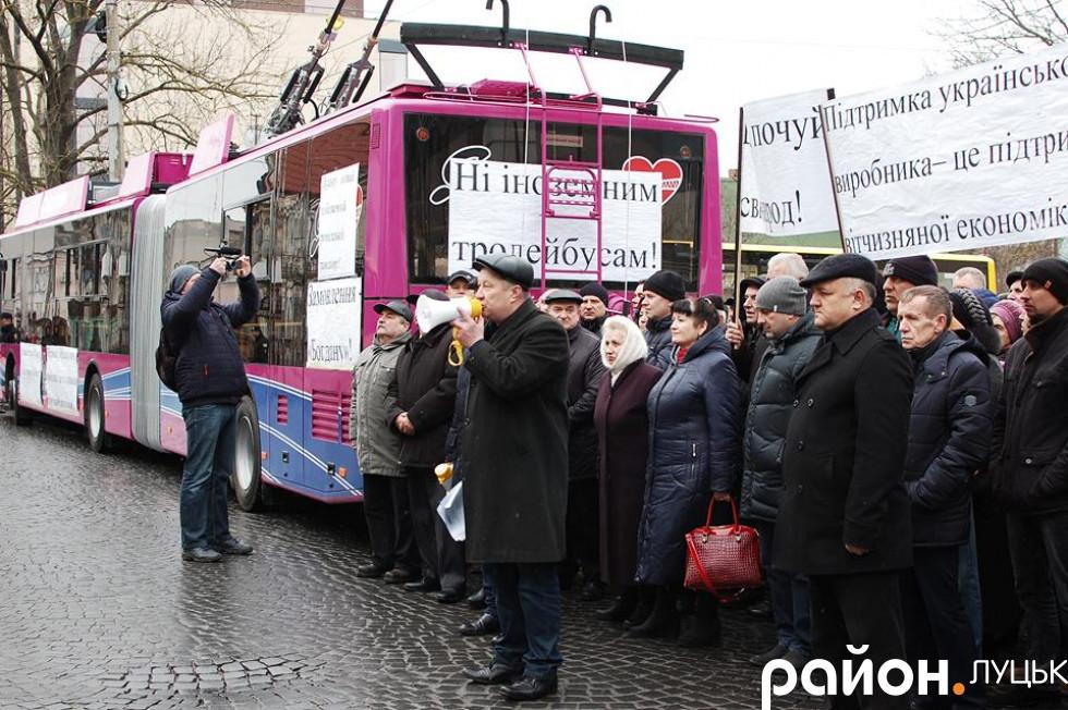 «Ні іноземним тролейбусам!»