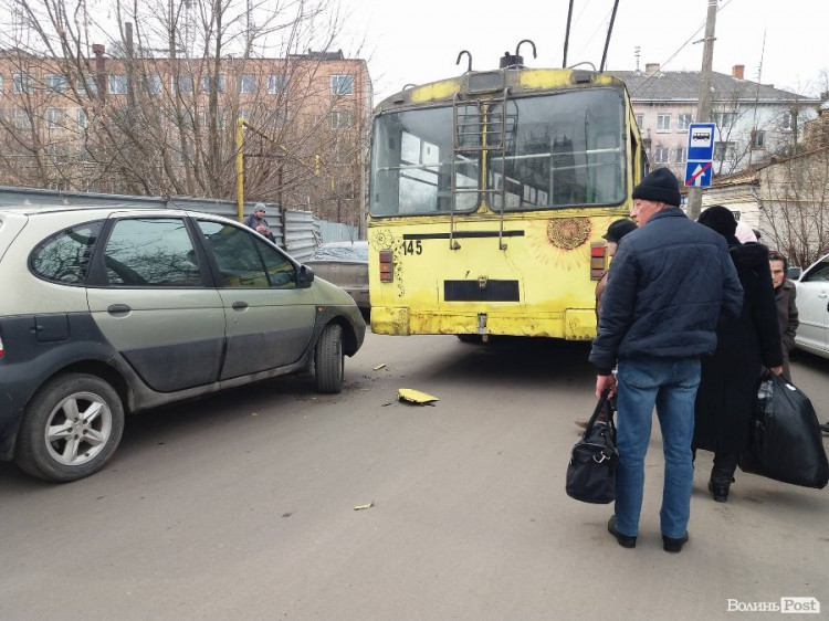 Мінівен в'їхав у тролейбус