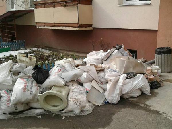 Мішки зі сміттям на проспекті Перемоги,10