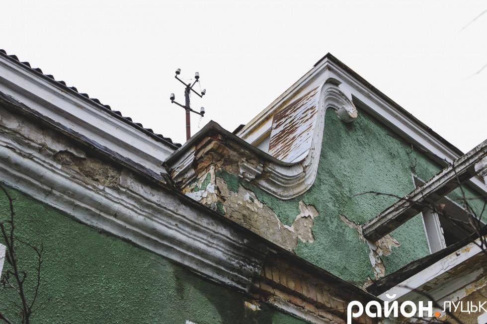 Частину балкону на передньому фасаді