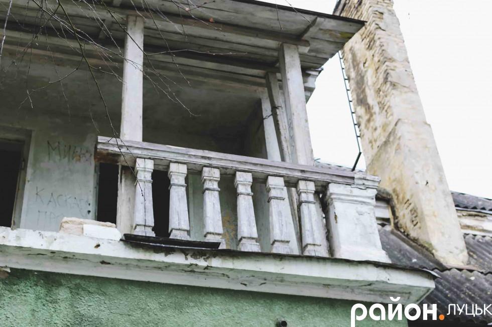 Балкон над верандою на задньому дворі