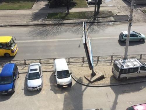 На вулиці Рівненській автівка пошкодила білборд