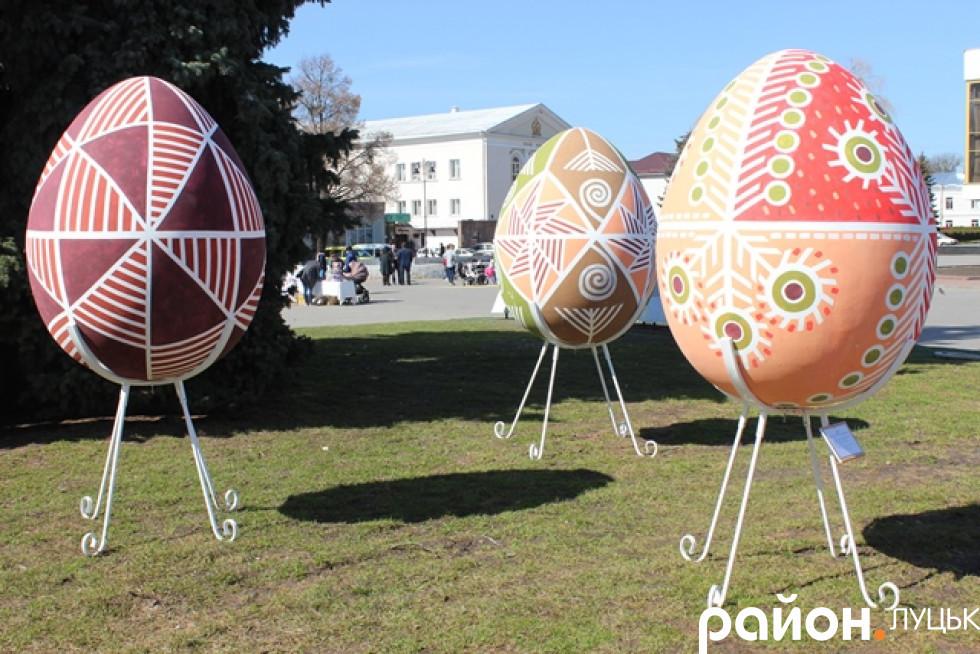 Яйця встановили на Театральній площі