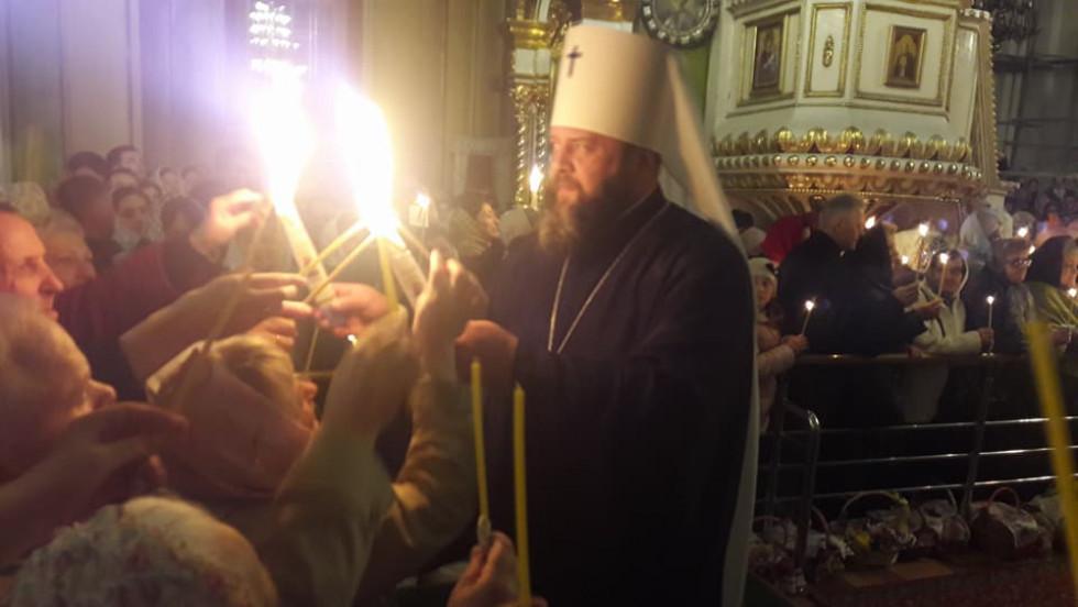 Священик передає вірянам Благодатний вогонь