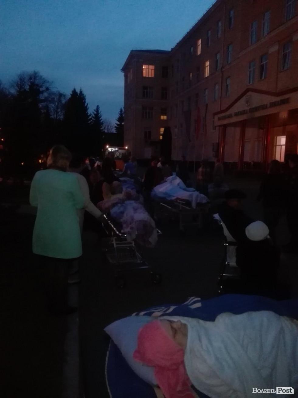 Людей завозять назад у лікарню