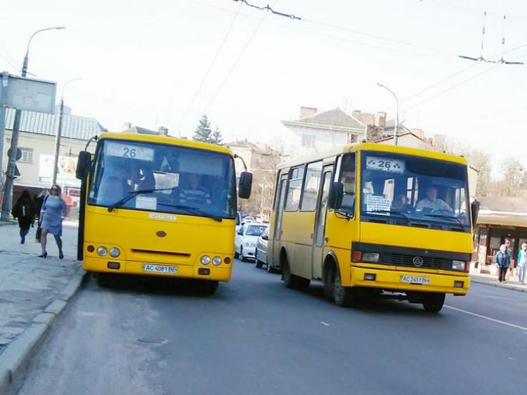 Водії маршруту №26 їздять наввипередки