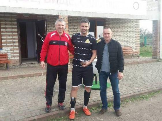 Голеадор «ЛСТМ» Тарас Кабанов (у центрі) з організаторами турніру