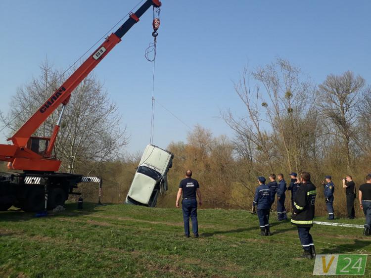 Рятувальники виягли з шестиметрової глибини машину