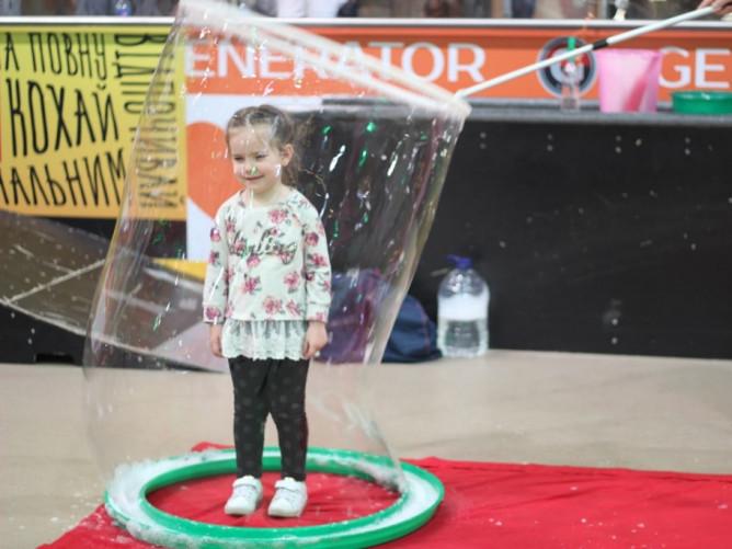 Дітлахів розважають бульбашками