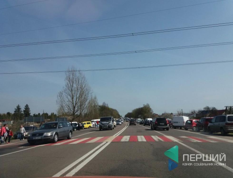 Люди, які приїхали до кладовища у село Гаразджу на автомобілях, ускладнили рух на трасі Луцьк – Рівне