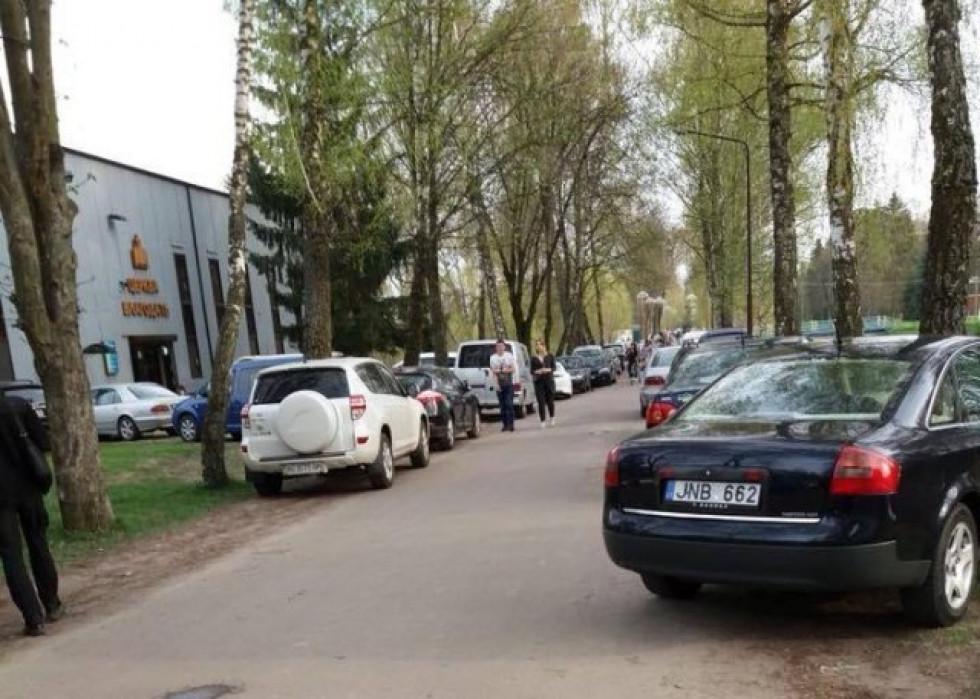 Автівки припаркувались по обидва боки дороги