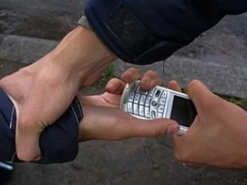 Грабіжник вихопив телефон з рук лучанина