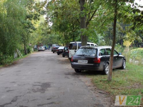 У Центральному парку імені Лесі Українки нема місць для парковки автомобілів