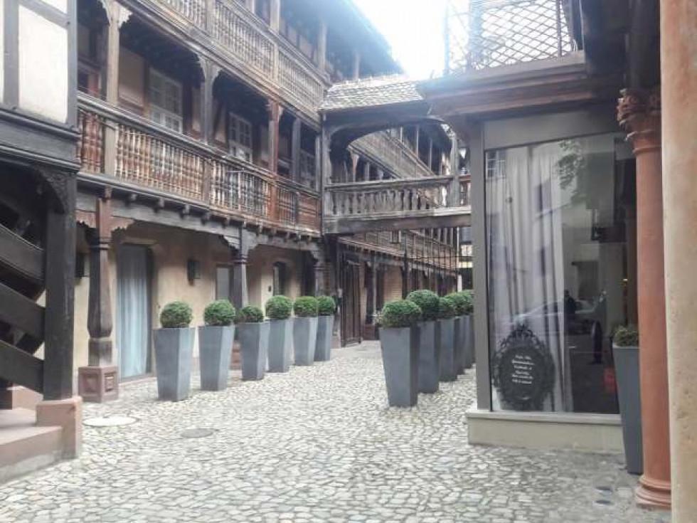 Фото старого готелю