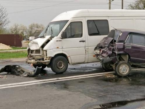 Мікроавтобус «наздогнав» ВАЗ