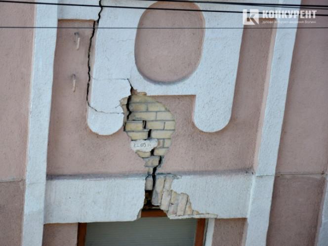 З аварійного будинку падає штукатурка