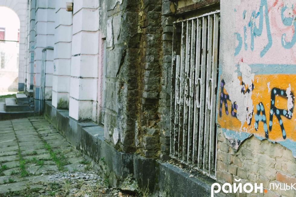 … зі стінами, які з кожним роком все більше покриваються мохом