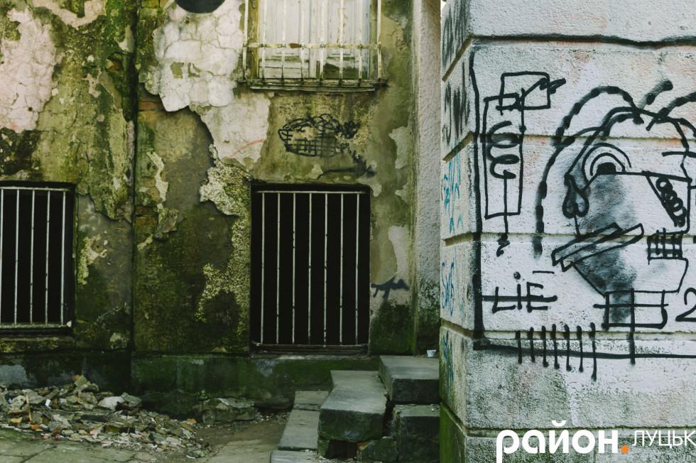 Стіни будівлі нещадно піддаються розписам