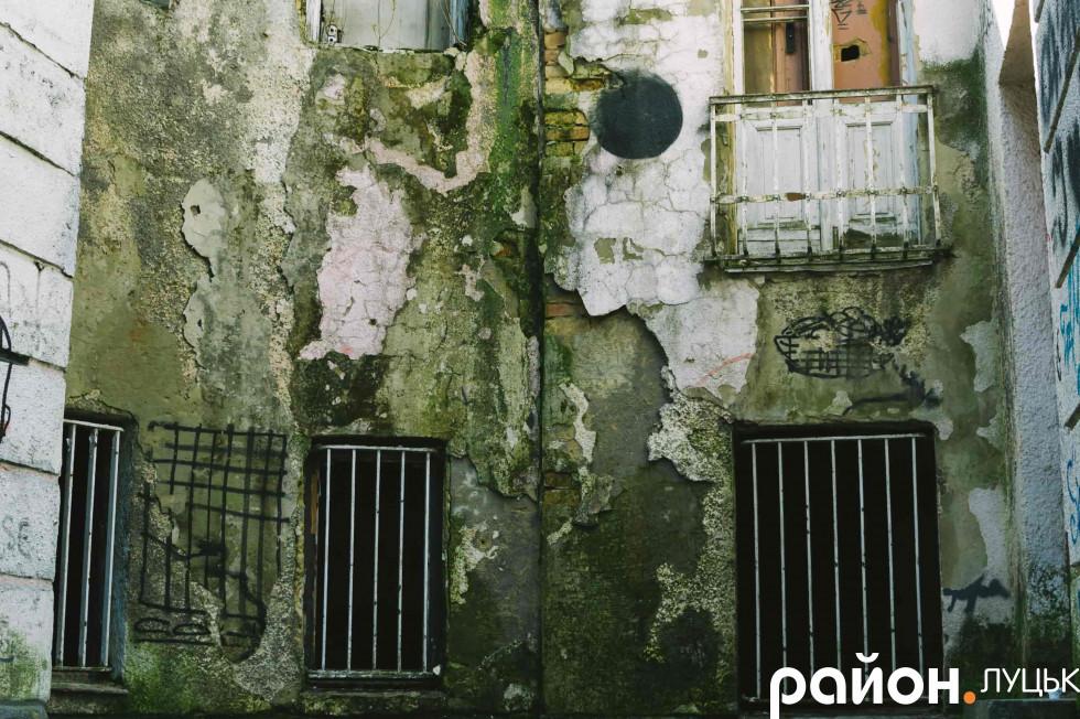 Природа теж доклала руку до «розпису» стін фасаду колишнього земельного банку