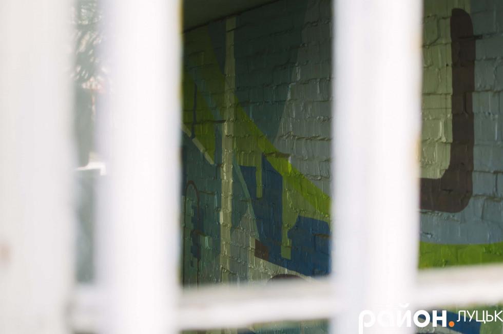 Деякі митці потрапили навіть усередину приміщення – графіті можна побачити крізь грати на першому поверсі