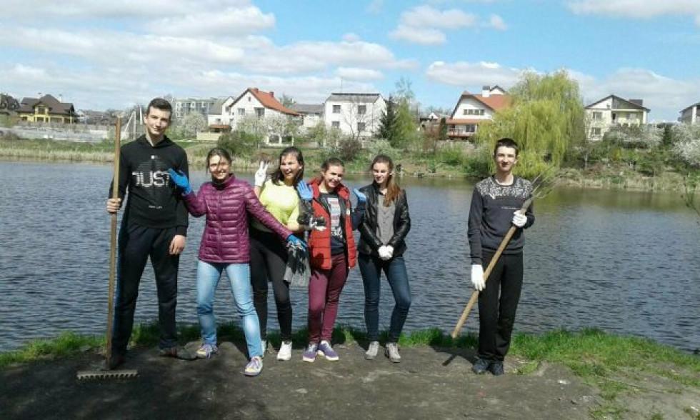 І учні пішли прибирати берег водойми