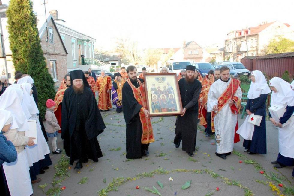 Духовенство несе ікону до храму