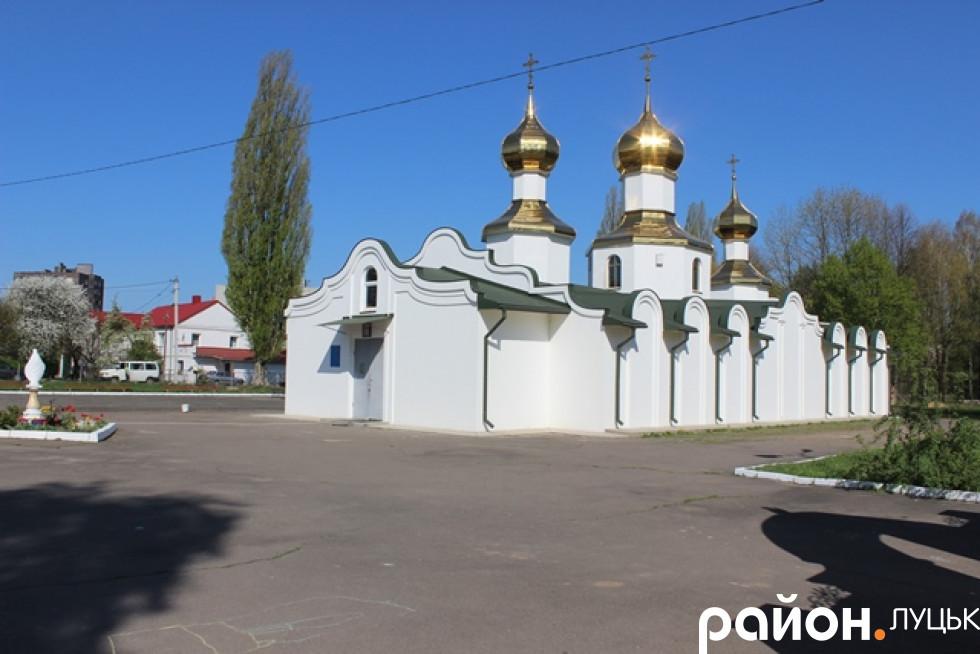 Територію біля церкви також прибирають