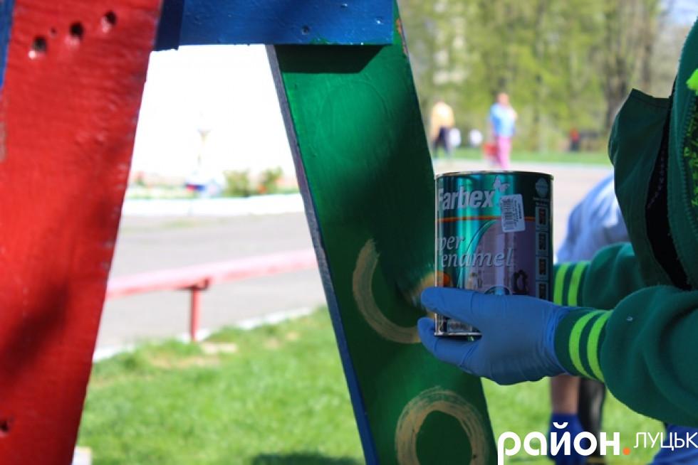 Діти власноруч фарбують майданчик
