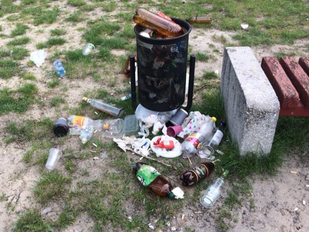 Розкидане сміття в мікрорайоні Теремно