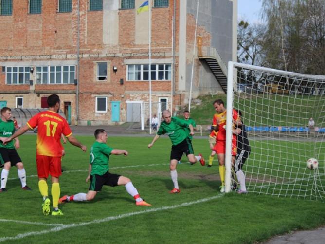 «Ковель-Волинь» (у жовто-червоному) та «Торпедо» (у зеленому) футбольну весну розпочали з перемог