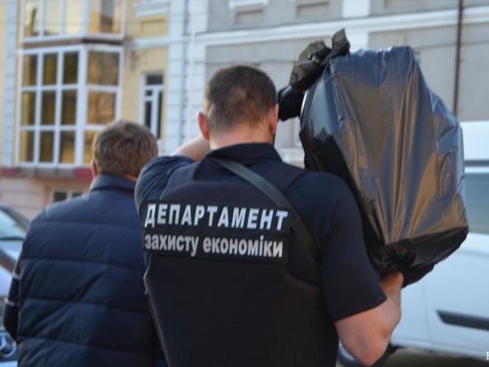 Працівники департаменту захисту економіки винесли з кабінету Рачкова чорний пакунок