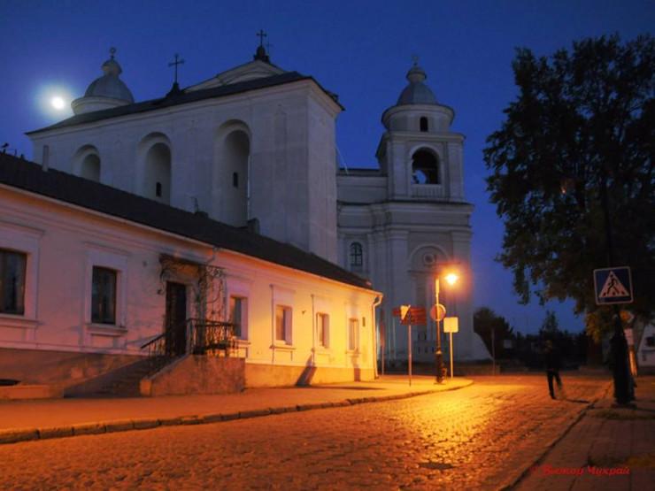 Костел Петра і Павла під сяйвом повного місяця