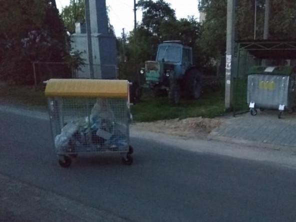 Сміттєвий бак на дорозі в Милушах