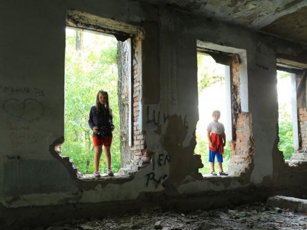 Дітям доводиться гратись у руїнах