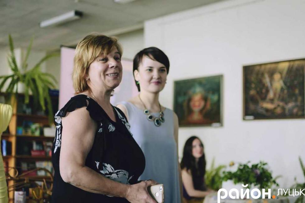 Директорка бібліотеки-філії №10 Надія Чміль вітає Ксенію Вдячну
