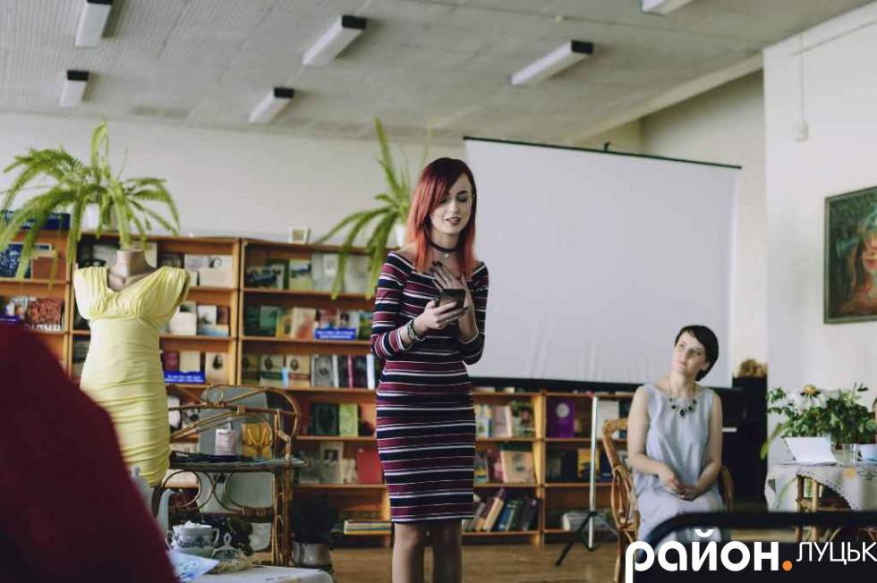 Колега Ксенії по театру «Вперше» зачитує її вірш у форматі вільного мікрофону