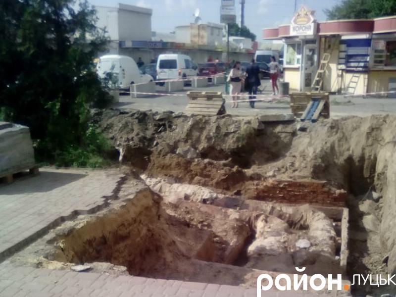 Котлован на вулиці Кравчука