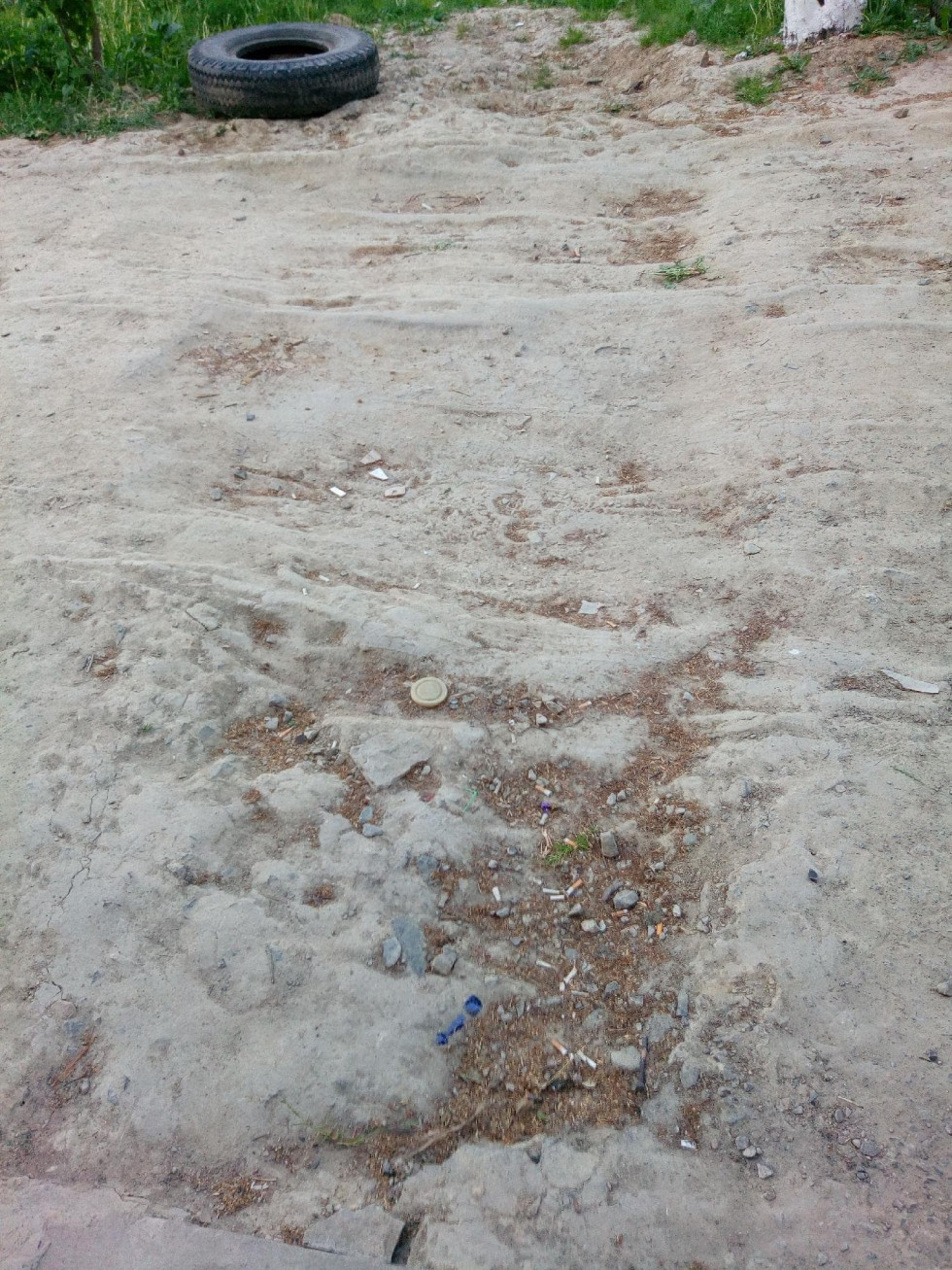 Дощі перетворюють дорогу на болото