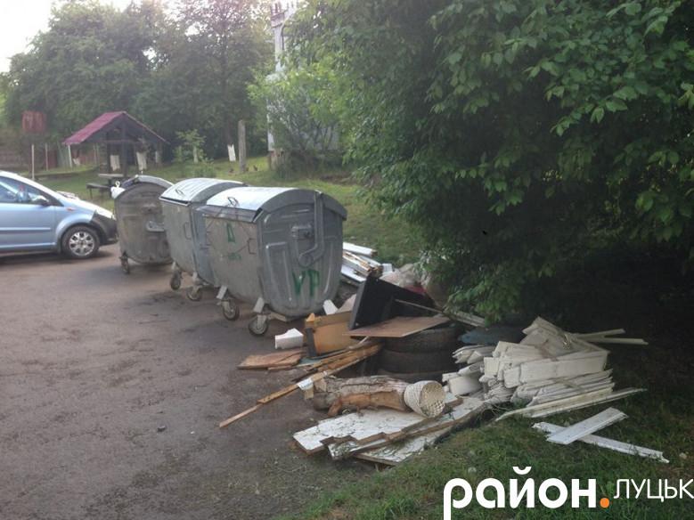 У дворі на Теремнівській не вивозять сміття
