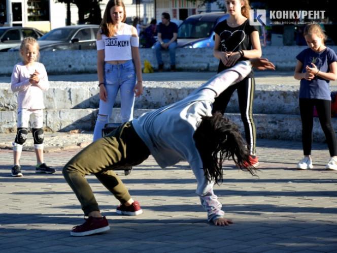 Танцівниці в центрі Луцька