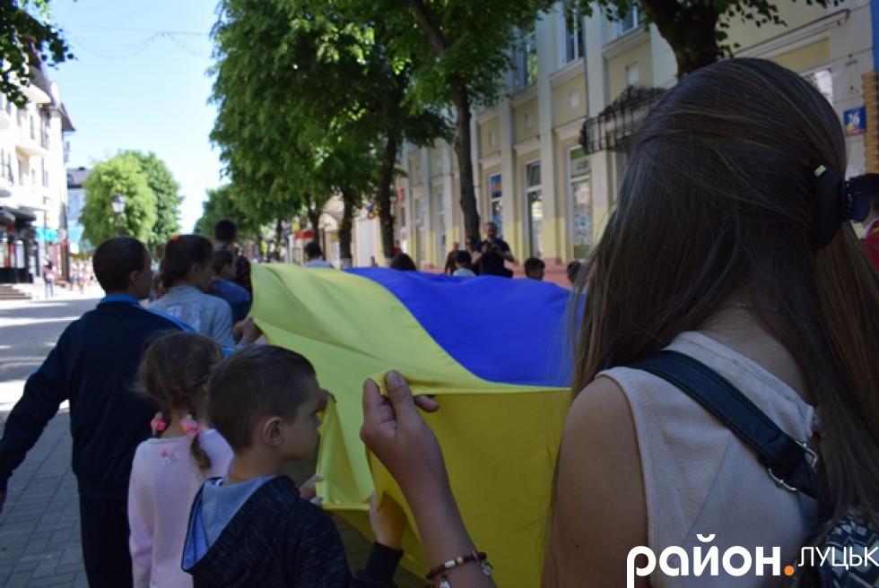 Спочатку діти з мамами пронесли прапори містом