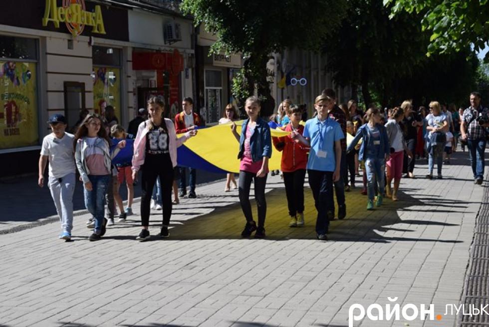 Вони несли великий синьо-жовтий стяг та прапори інших держав