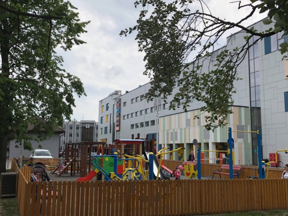 Парковка розташована поряд з дитячим майданчиком