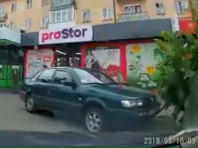 Автівка на тротуарі