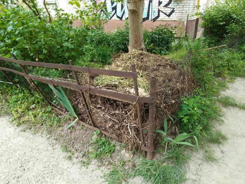 Купка, обгороджена парканом...