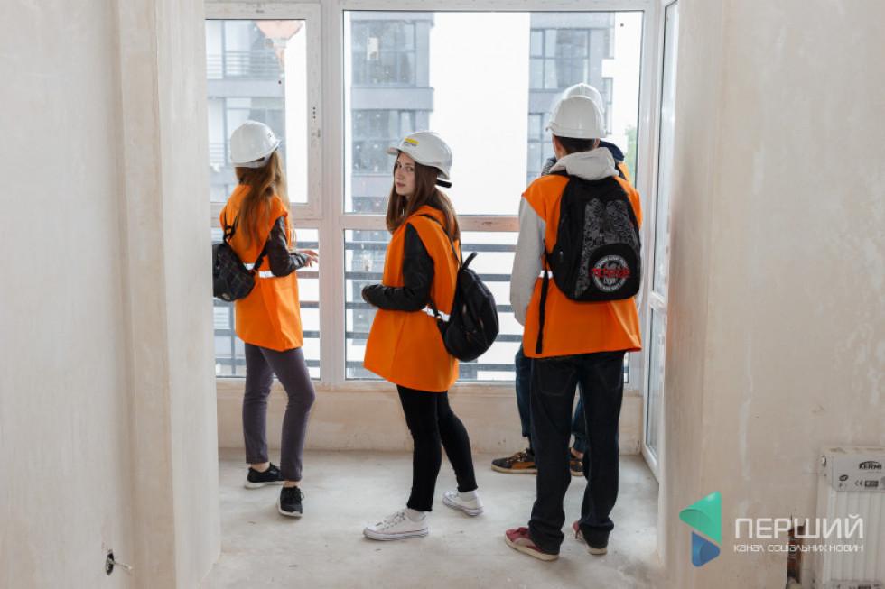 Студенти ознайомлюються із плануванням квартир