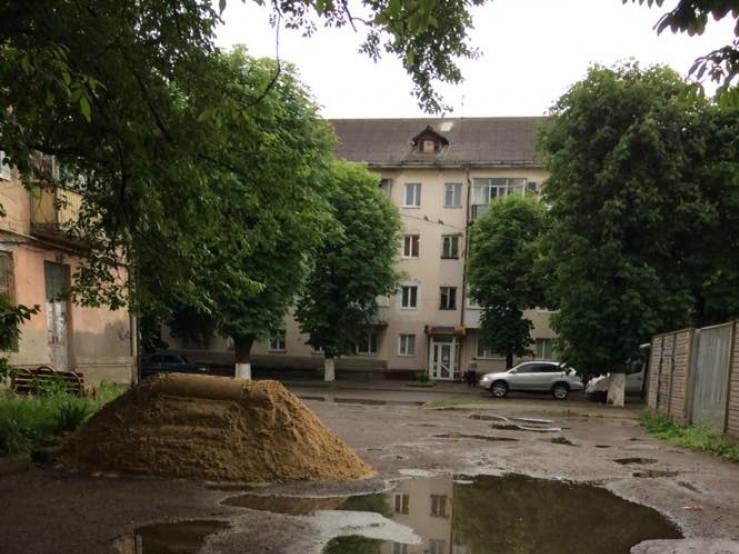 Гора піску наГрушевського, 33