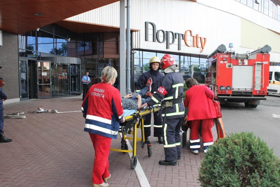 Медики евакуюють «потерпілого»